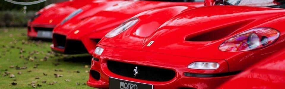 En rad med röda Ferraris